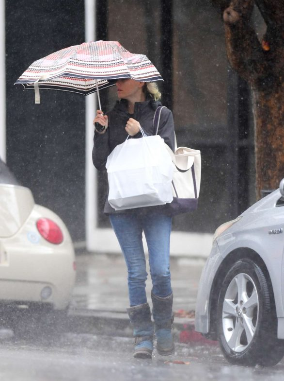 Elizabeth Banks doesn't let the stormy weather stop her from getting her coffee as she grabs a cup of joe decked out in rain gear