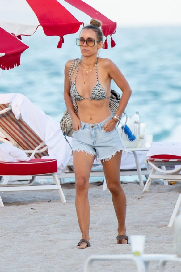 Annemarie Carpendale Pics While relax on the beach in Miami Beach