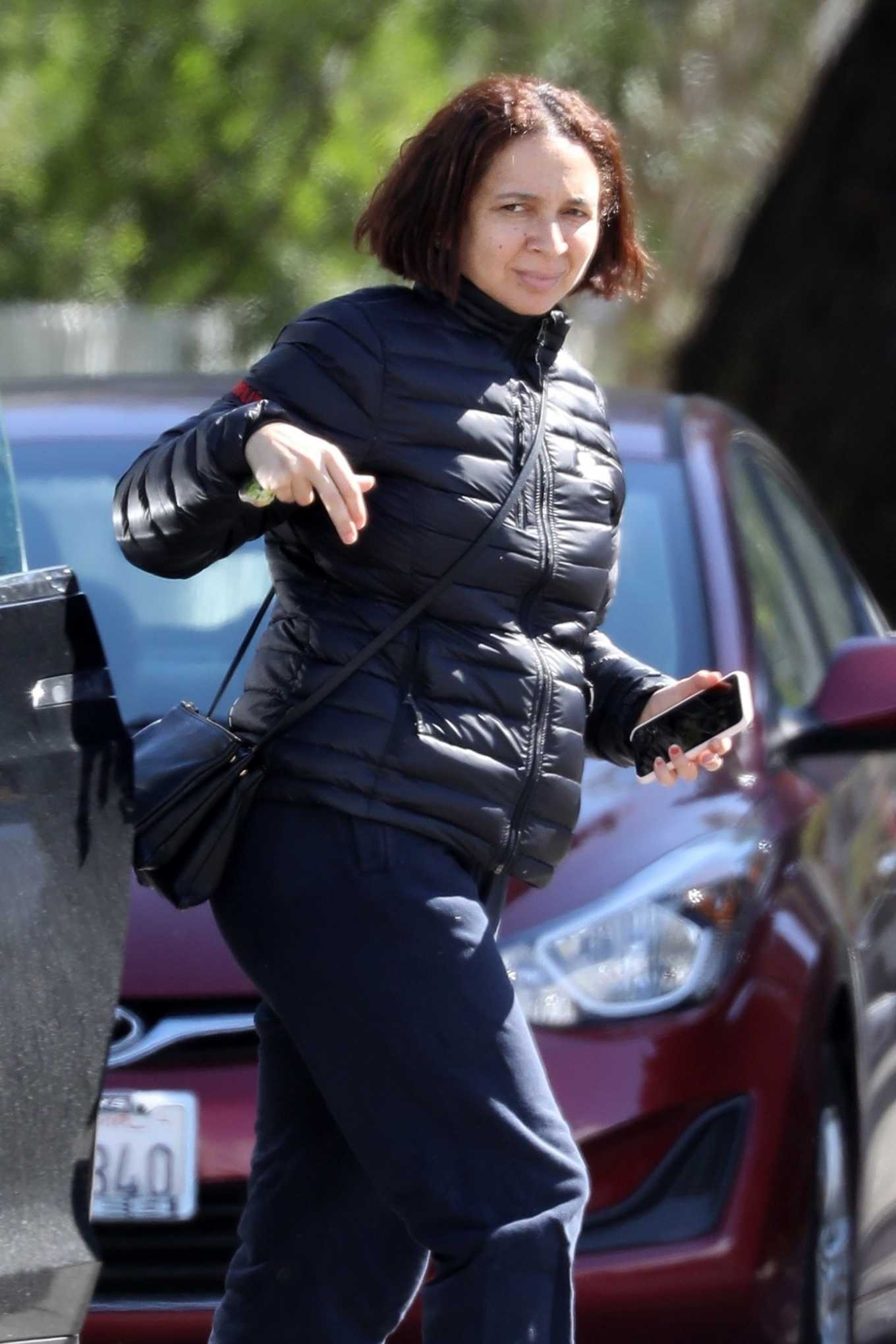 Maya Rudolph Arrives at a friend's home in LA