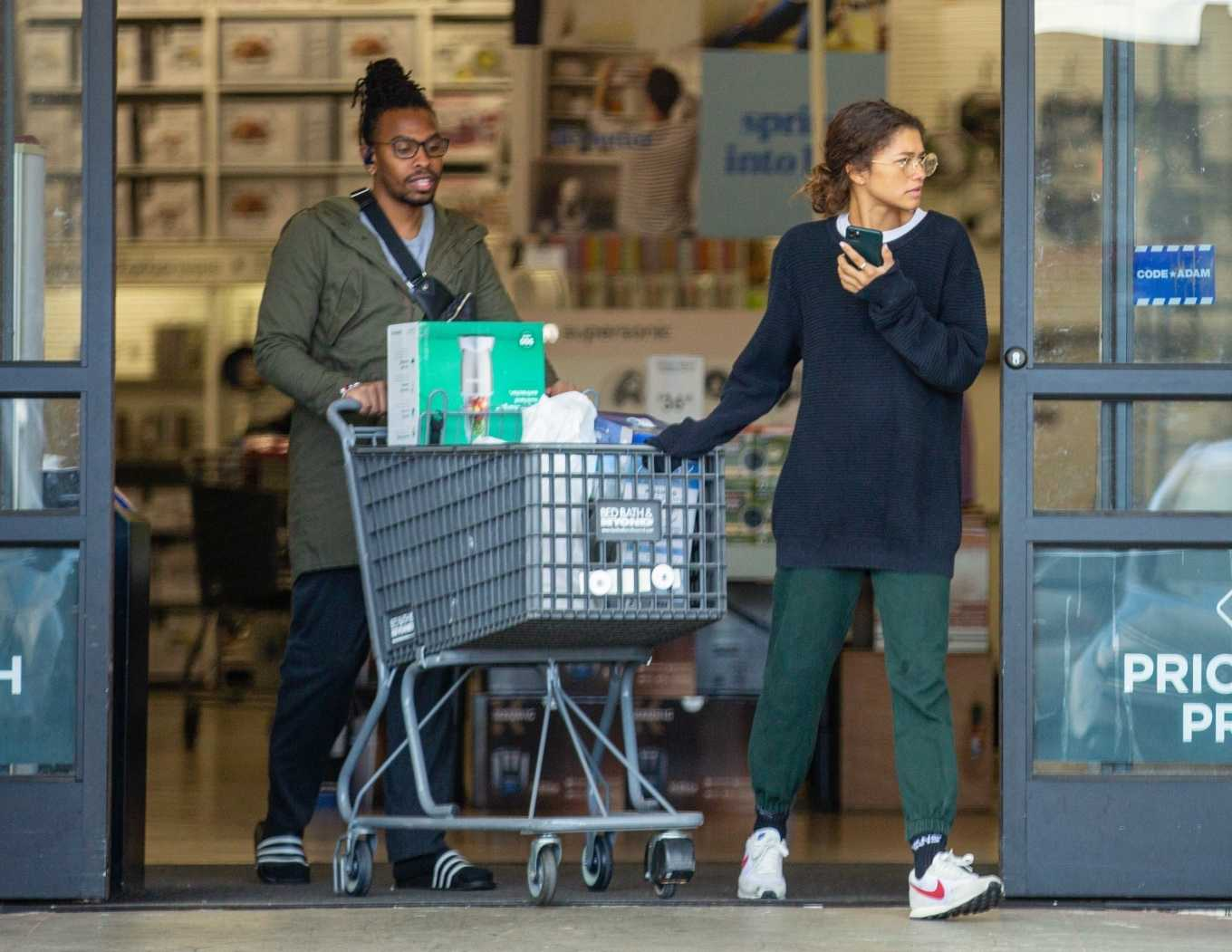 Zendaya – Shopping with her brother in Los Angeles-03