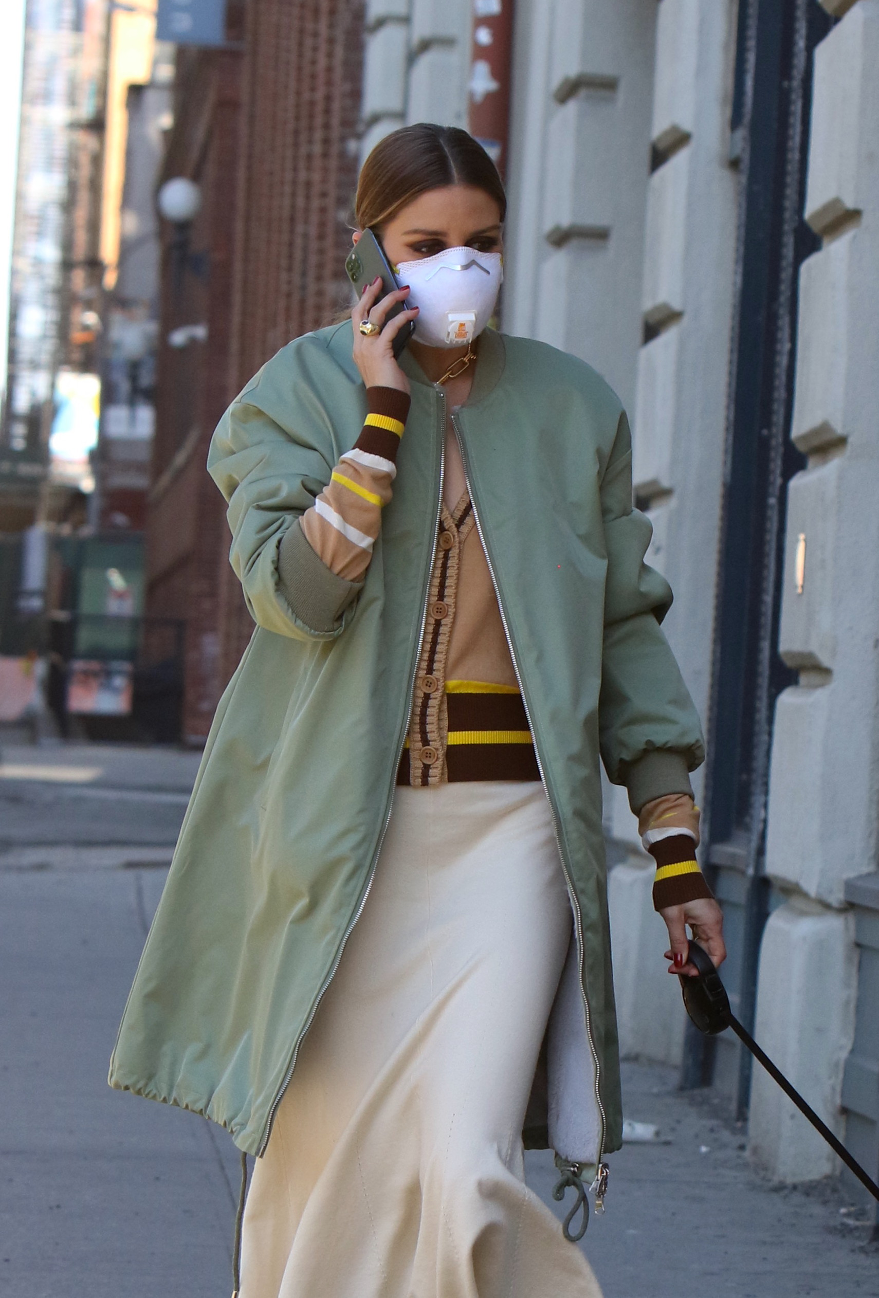 Olivia-Palermo-–-Wearing-a-mask-as-she-takes-her-dog-for-a-walk-in-a-park-in-Dumbo-02